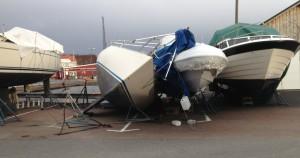 Landförvarad båt som välts av vind.